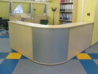 Stojka-resepshn-s-fasadom-uglovogo-modulja-iz-plastika-Karstula